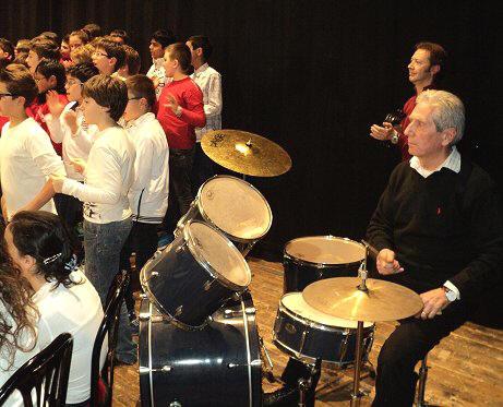 Il nostro dirigente alle prese con le percussioni