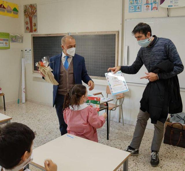 """Disegni della scuola primaria """"A. Frank"""" premiati dal Dirigente Scolastico V. Moretti e dal sindaco del comune di Castelplanio F. Badiali"""
